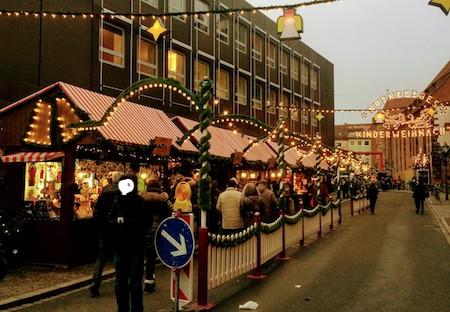 子どもクリスマスマーケットへの道