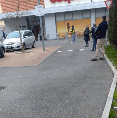スーパーに並ぶ人(イタリア)